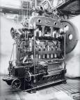 Auf der Weltausstellung in Paris präsentiert Schuler 1900 die erste mechanische Transfer-Stufenpresse mit elektrischem Direktantrieb